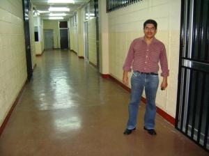 Carlitos Romero en el Corredor del Departamento de Fisica
